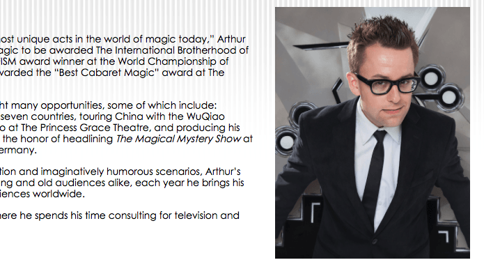戴著黑框眼鏡的藝術家 Arthur Trace