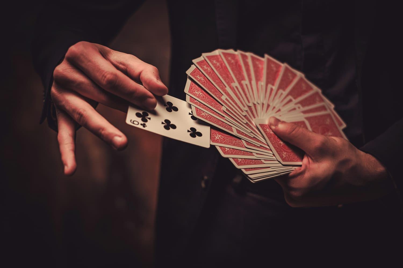 紙牌魔術中有很多不同的魔術效果可以學習,且算是生活中常見的桌上遊戲物品,表演起來不會突兀。